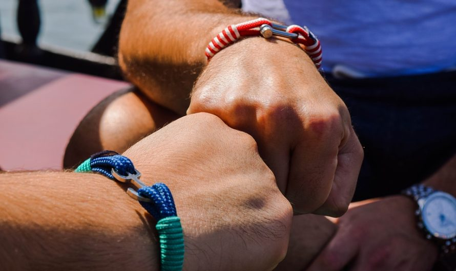 Le bracelet perd ses significations historiques et devient un accessoire de mode